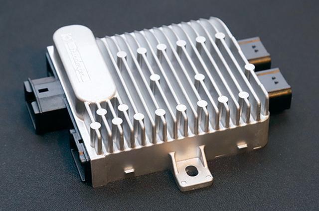 画像: エンジンの始動とアシストをつかさどる、ハイブリッドの「心臓部」がPDU(パワー・ドライブ・ユニット)。その本体はガソリン車のECUと同形状・同サイズにまとめられている。