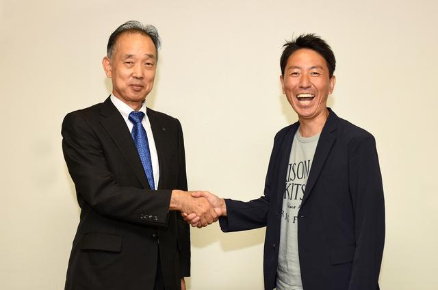 画像: 堀内さんと初対面の福ちゃん。おふたりともバイク好きという共通項で、アッという間に会話がヒートアップ^^