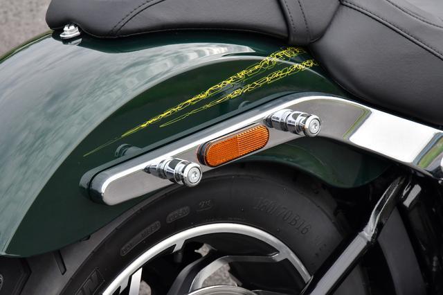画像: サドルケースのマウントステーはクロームメッキで美しく仕上げられ、荷掛フックとなります。