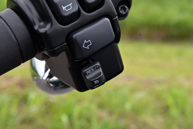 画像: ハンドル左にクルーズコントロールのスイッチを備えます。