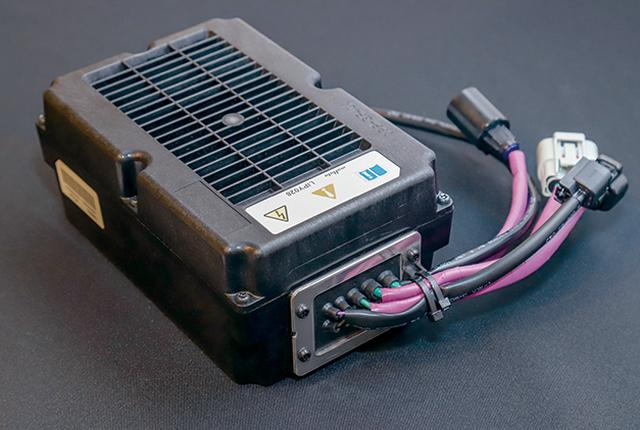 画像: トランクスペース後部に配置される高いエネルギー密度のリチウムイオンバッテリーは村田製作所の48V仕様。求められる性能と設置スペースのバランスを考慮して、このサイズに決まったという。