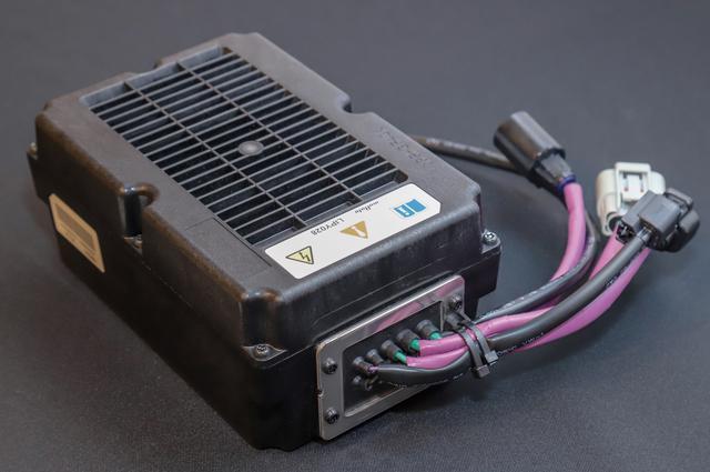 画像: トランク後方に格納されるリチウムイオンバッテリーは東北村田製作所製の48V規格。内部にはセルが28本収納されている。