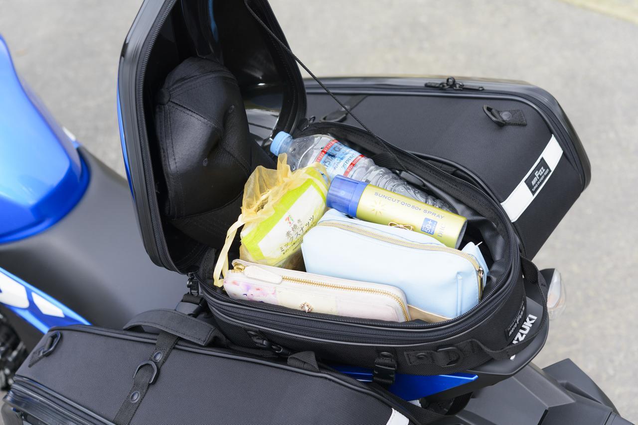 画像: まず、一番荷物を取り出しやすいシートバッグにはこんなものを入れていました。