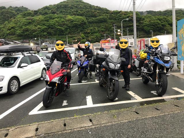 画像: フェリー乗り場にはバイクがいっぱい! バイクは8台しか乗れないのでみんな予約です。