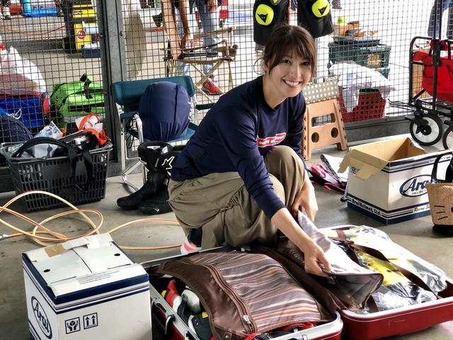画像: 余談ですが、モデルの大関さおりさんはヘルメットは箱で持ち歩き、他の装具はスーツケースに収納してサーキットに来てます(「ちょっとDE耐!」より)。今回の記事はグレーの写真が続いたので、貼り付けてみました。