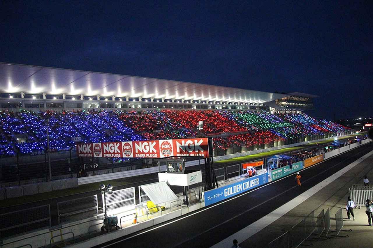 画像: 世界中のレースファンの憧れになっているという、鈴鹿8耐のゴール直前サイリウム きれーです