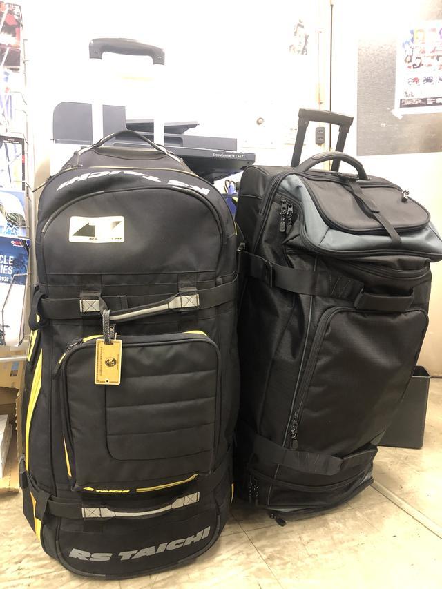 画像: 編集部にRSタイチさんのバッグもあったので並べてみました。単純な大きさ比較では、RSタイチさんの方がちょっと大きくて、キャリーバーも長いです。