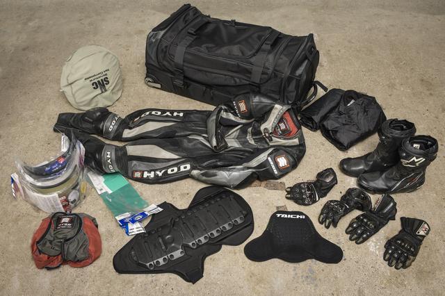 画像: いつも入れっぱなしにしている装備品たち。ツナギにブーツにグローブに、胸部パッドにインナーに替えシールド、ヘルメット、雨具。きっちり整理しなくても収納できる(大事!)大容量なんです。