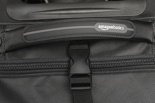 画像: バッグには「amazonbasids」のロゴが。