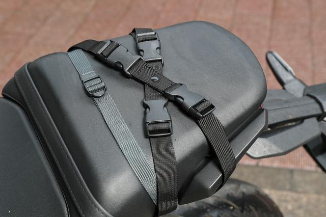 画像3: 樹脂製トップケースとナイロン製シートバッグの中間のような作り