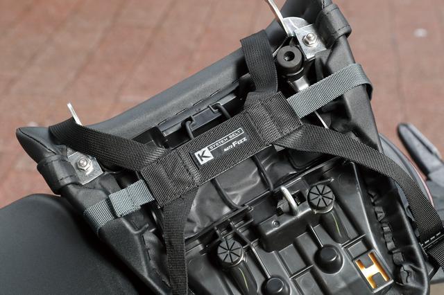 画像2: 樹脂製トップケースとナイロン製シートバッグの中間のような作り