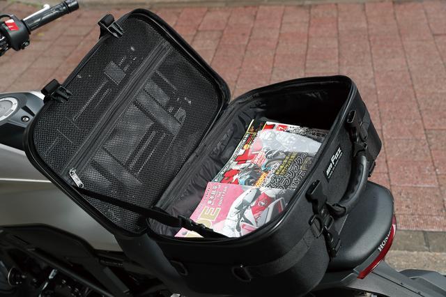 画像: 底面はオートバイ誌2冊を並べて置けるサイズ。バッグ部にはインナーフレームとワイヤーフレームが内蔵されているので型崩れしない。