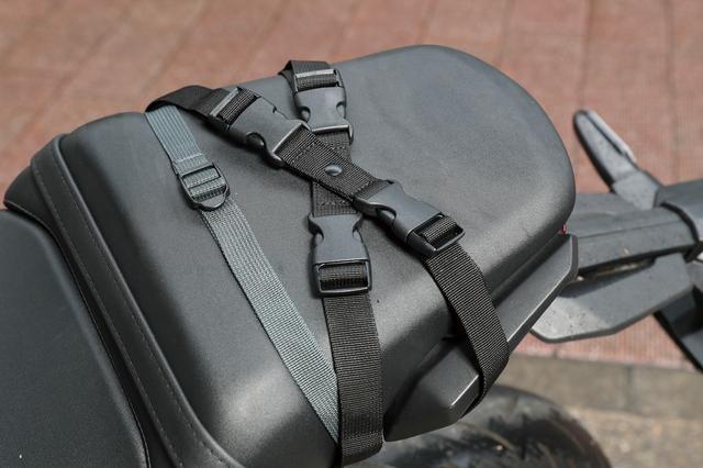 画像: バッグを載せないときは接続バックルにKベルトを留めておけるので、いちいちKベルトを着脱する必要はない。