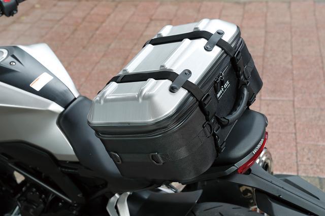 画像: トップ部分はヘアラインシルバー、ブラック、カーボン柄の3色。写真のヘアラインシルバーは見た目がアルミっぽくて高級感あり。