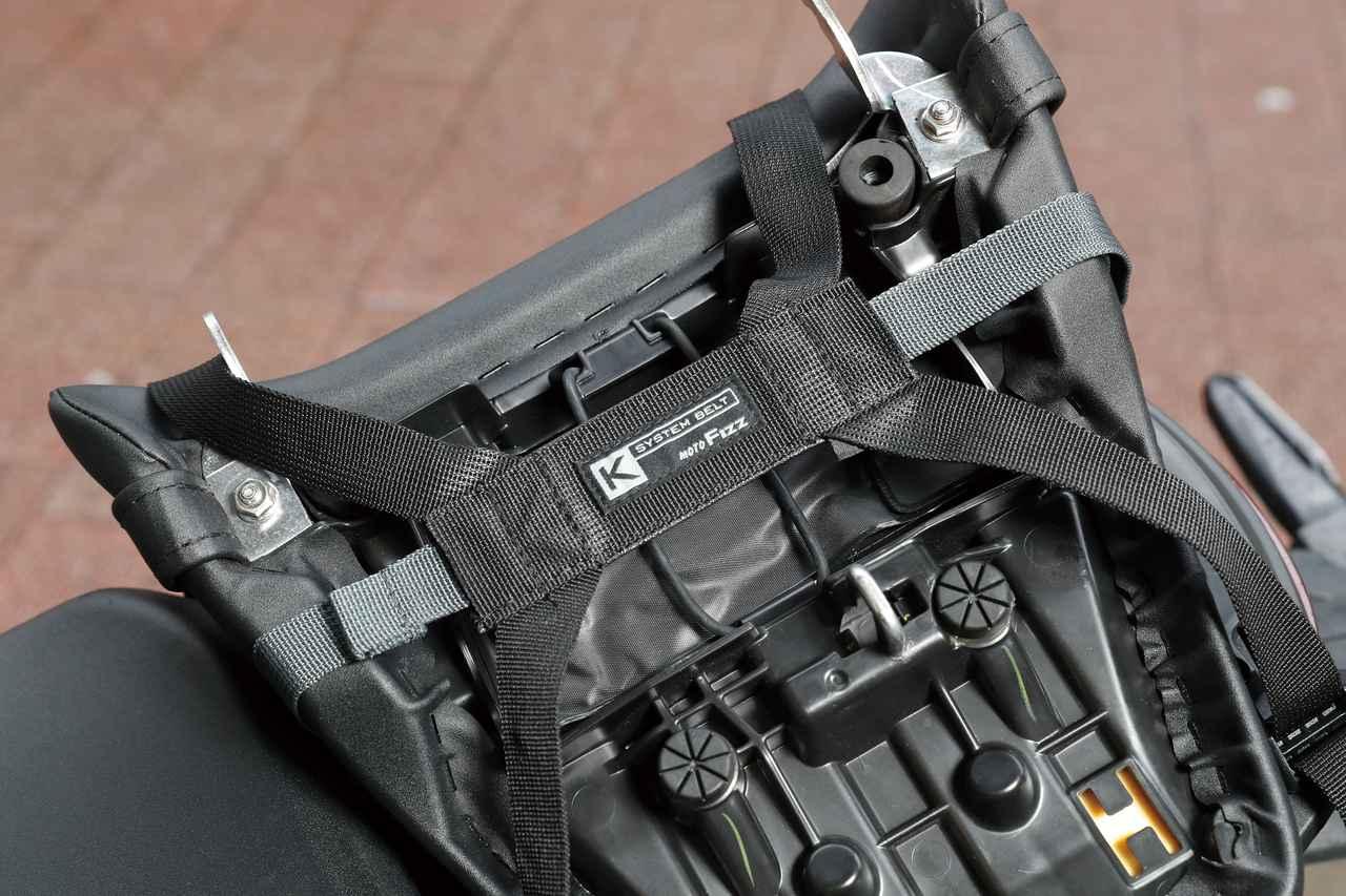 画像: Kベルトはシートに巻き付けるように固定するだけ。車種ごとの取り付け画像はタナックスwebサイトで確認できる。