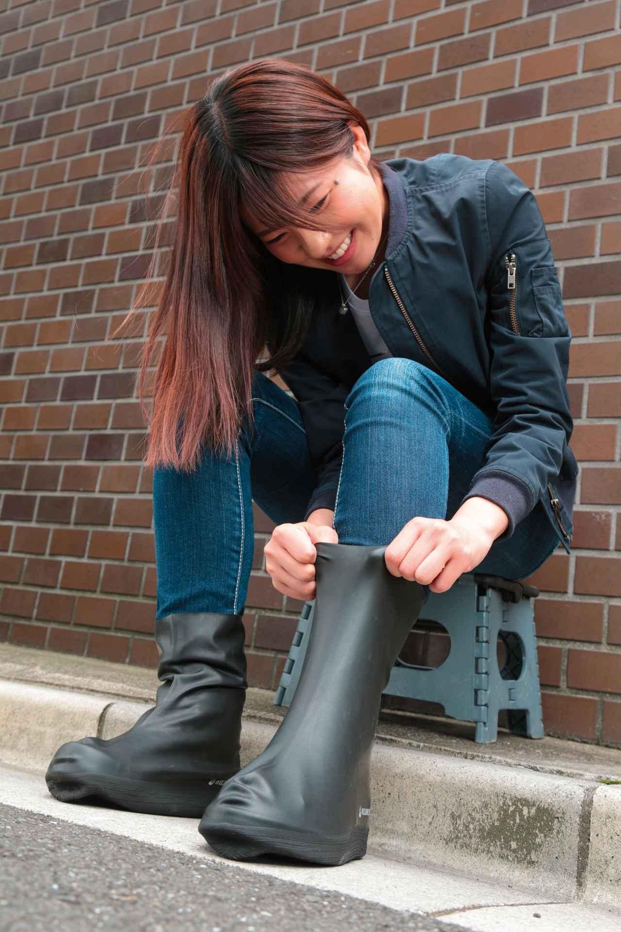 画像: シューズやブーツの上に重ね履きするタイプ。伸縮性が高いのでピッタリとフィットしてペダル操作を妨げず、ゴワ付き感もない。サイズはS、M、Lの3種類。