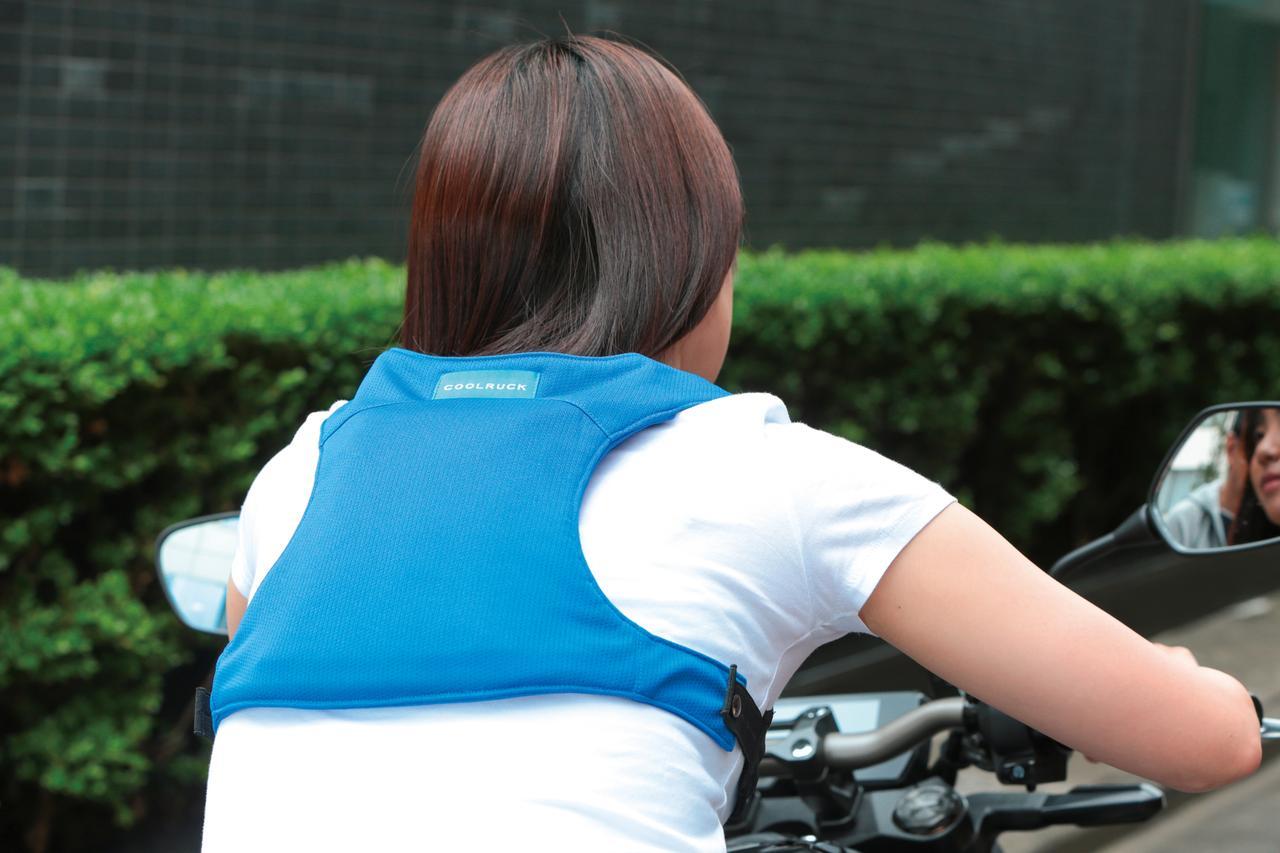 画像: 乗車姿勢を取ると保冷剤部分が背中に密着。背中部分の生地は3層構造になっているので、冷え過ぎて痛くなることもない。