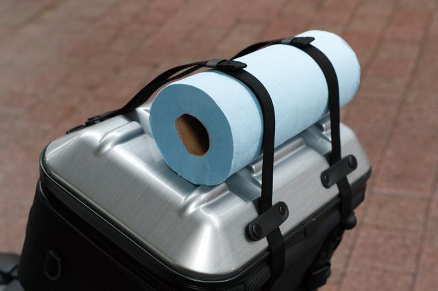 画像: マットやシュラフなどはトップ上に固定できる。バッグ内に収まらないテントなどの長尺物を運ぶときにも威力を発揮する。