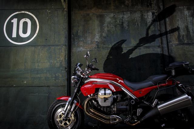 画像1: モトグッツィ GRISO(2007)「倉庫扉の前に佇むイタリアの獣」新連載【カメラマン 柴田直行/俺の写真で振り返る平成の名車】