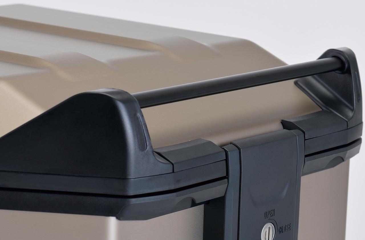 画像: 持ち運びに便利なキャリーハンドルは、荷物の上積みに対応。
