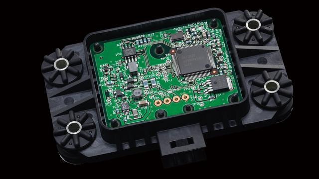 画像: YZF-R1に採用されているIMUは、村田製作所製のセンサーを使用したオリジナル。これをシート下に設置、1秒間に125回という高速演算を行って車体の状況を把握している。