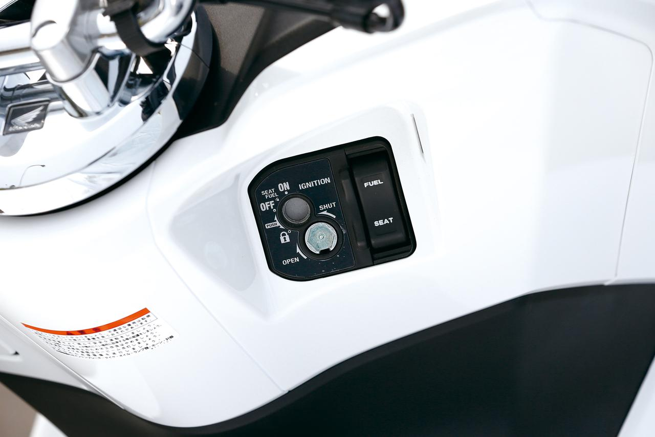 Images : 20番目の画像 - 「人気を定着させた2014年のフルモデルチェンジ! PCXはどう変わったのか?『ホンダ PCX(125)/150』(2014年) #試乗インプレ」のアルバム - webオートバイ
