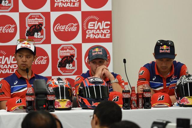 画像: 3位となったHRC 記者会見ではこの表情でしたが、怒ってるんじゃないのよ、疲れてるの なにせレース後に結果裁定をめぐりミーティングがあったため、この写真は22時過ぎのものなのです