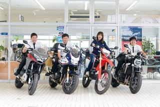 左から、営業チーフの江口さん、渡辺店長、梅ちゃん、営業スタッフの五十嵐さん