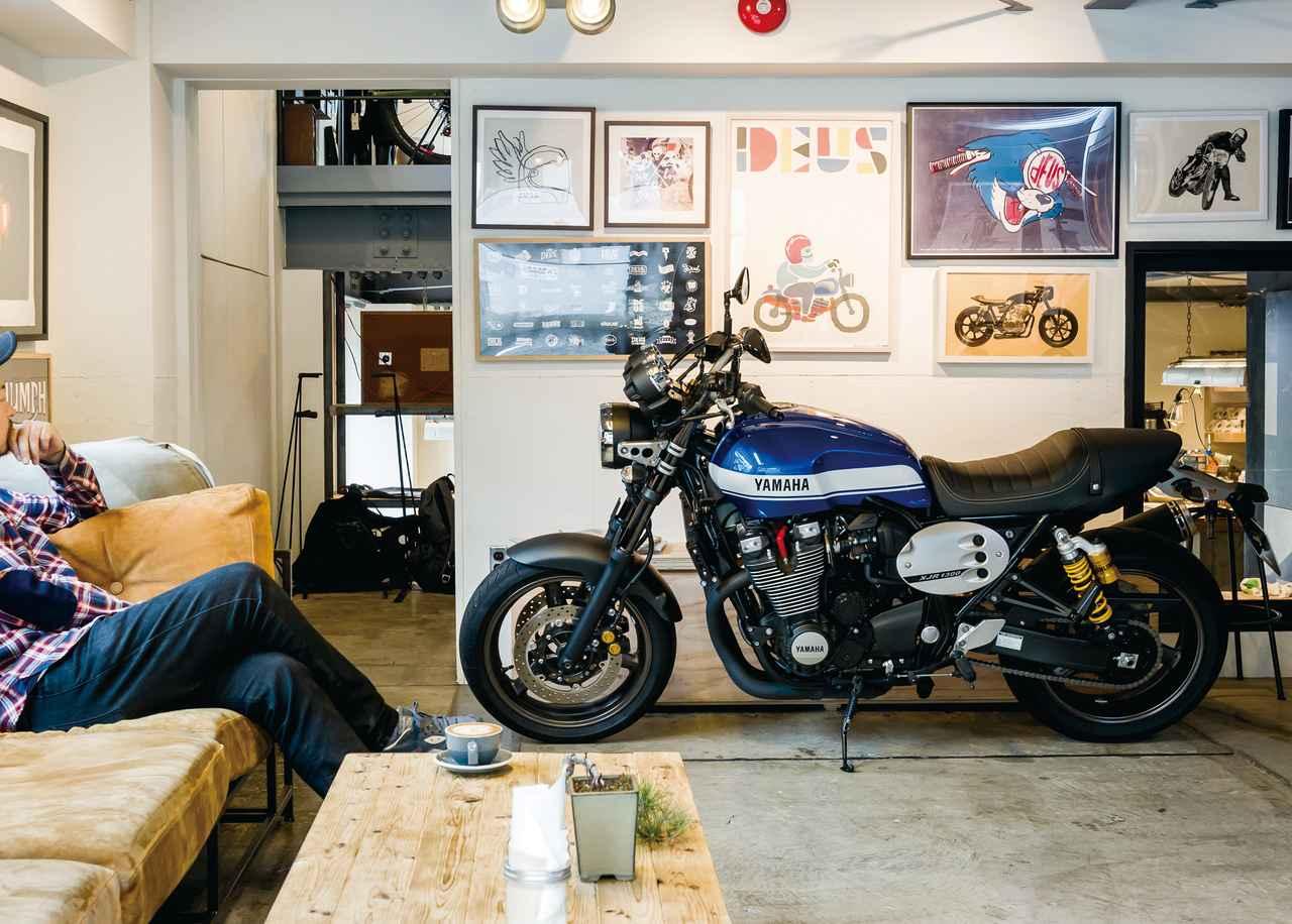 Images : 1番目の画像 - 「モダンクラシックの世界へようこそ『YAMAHA XJR1300C』(2015年) #試乗インプレ」のアルバム - webオートバイ
