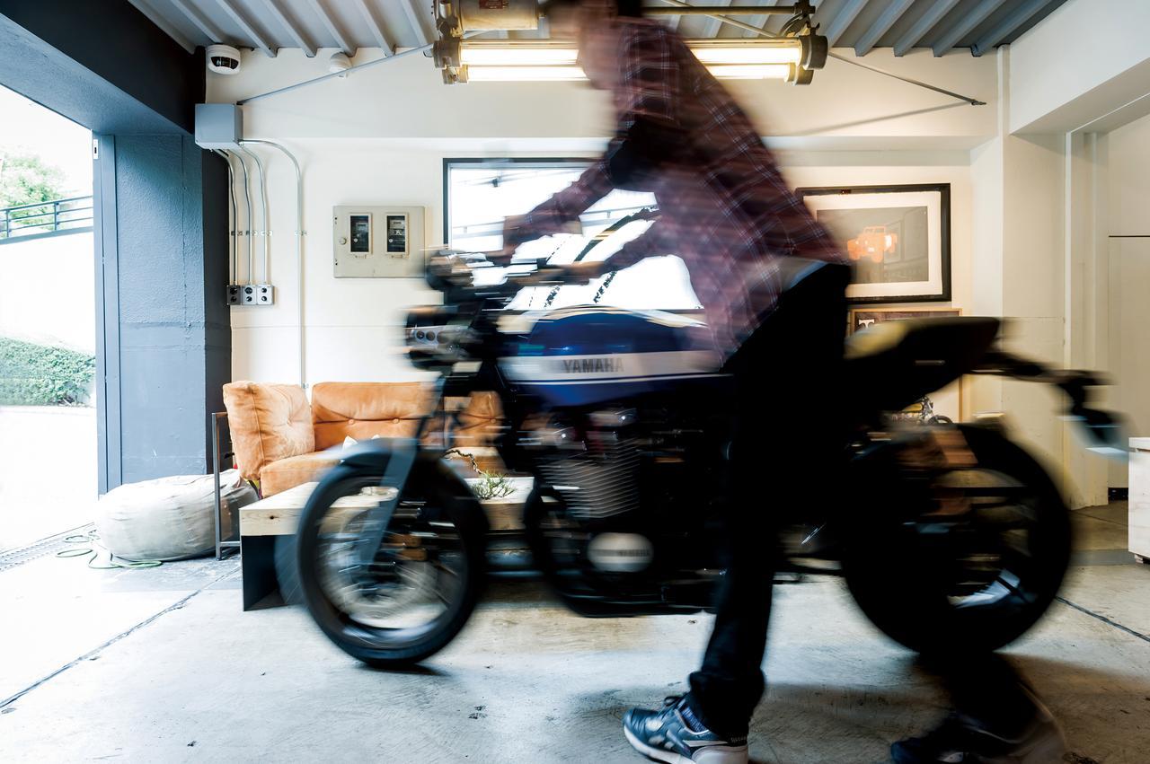 Images : 3番目の画像 - 「モダンクラシックの世界へようこそ『YAMAHA XJR1300C』(2015年) #試乗インプレ」のアルバム - webオートバイ