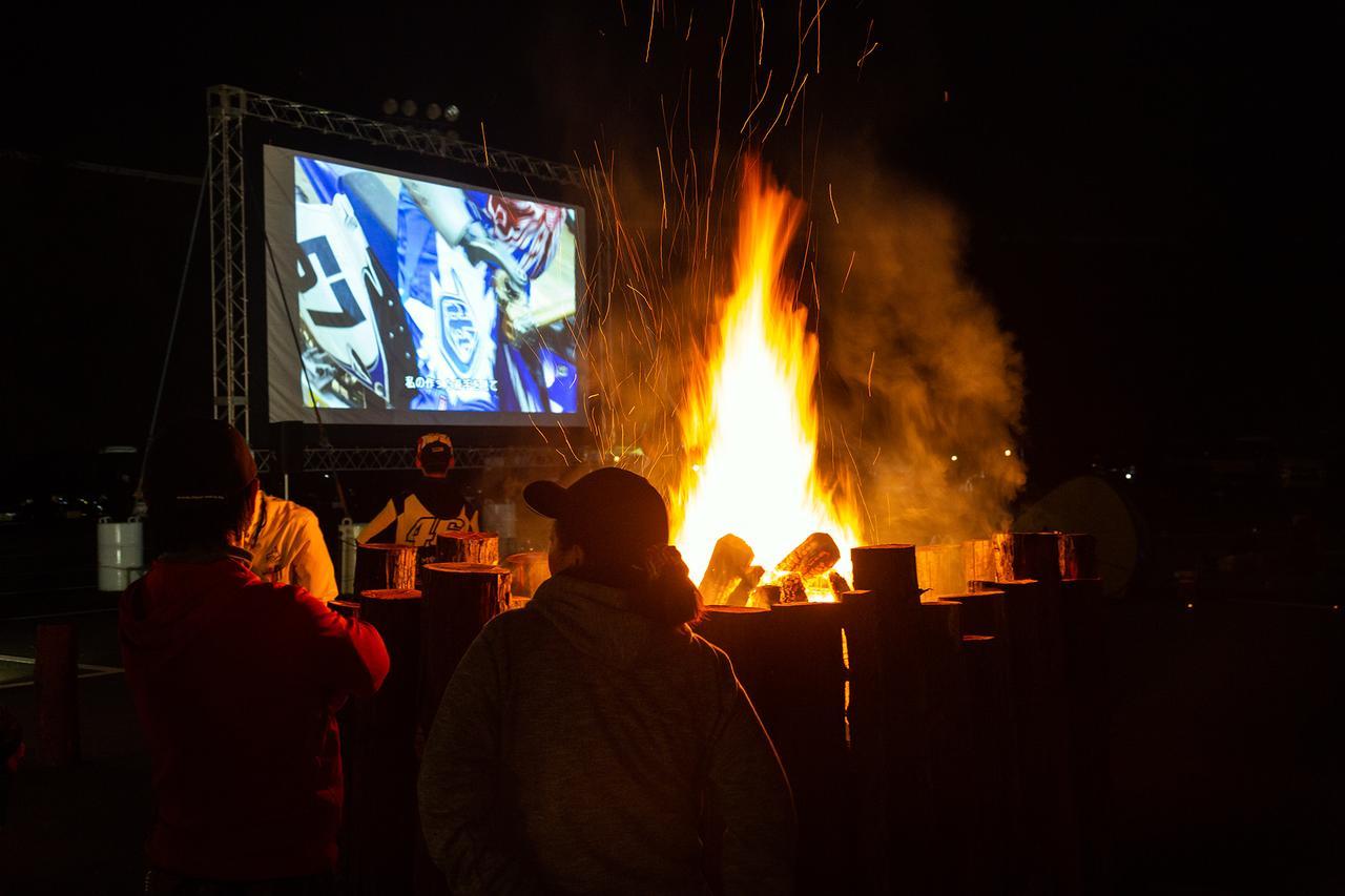 画像: オーバーナイトスクエアで焚き火を楽しみながら、映画鑑賞もできる!