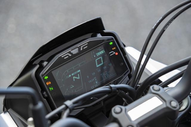 画像: ハンドルは幅広のアップタイプで、積極的な入力がしやすい。メーターはGSX-R1000Rのものをベースとした大型液晶ディスプレイを採用。