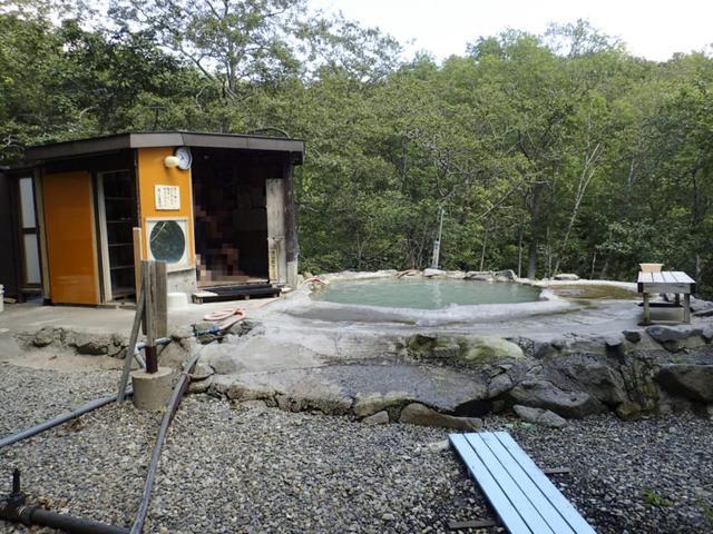 画像: 羅臼(らうす)温泉「熊の湯」。知床半島にある無料のアツアツ温泉です。ここは僕も行きましたが、国設羅臼キャンプ場が隣接していて、最高です!