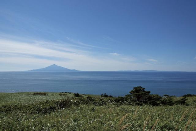 画像: 稚内市にある通称「利礼の丘」。利尻島・礼文島の両方を見渡す絶景スポット。ここも知らなければたどり着けません。