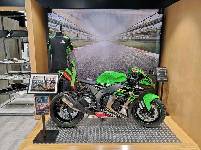 画像: カワサキのワークスチーム「Kawasaki Racing Team Suzuka 8H」が今年の鈴鹿8耐で26年ぶりに優勝したことを記念して「ZX-10R KRT EDITION」が展示されています。