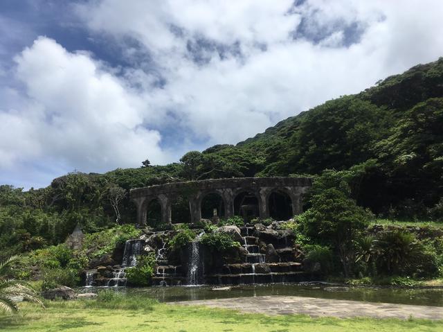 画像: 石と水をテーマにした親水公園もギリシャの建物みたいでした。レストハウスがあり噴水を眺めながら食事ができます。