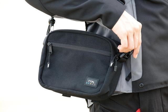 画像: 財布や携帯電話などの貴重品や小物はすべてコレに入ります。ポーチ・ストラップも付属しているのでバイクからちょっと離れる時などにとても便利ですね。