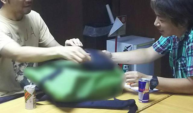 画像: ワタクシ編集部 岩瀬(右)がデザイナー畠山氏に発売前のサンプルを見せて頂いている様子。