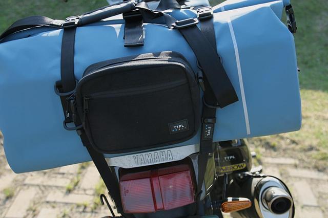 画像: オートバイへの積載は汎用性の高い付属の専用コードで簡単装着!