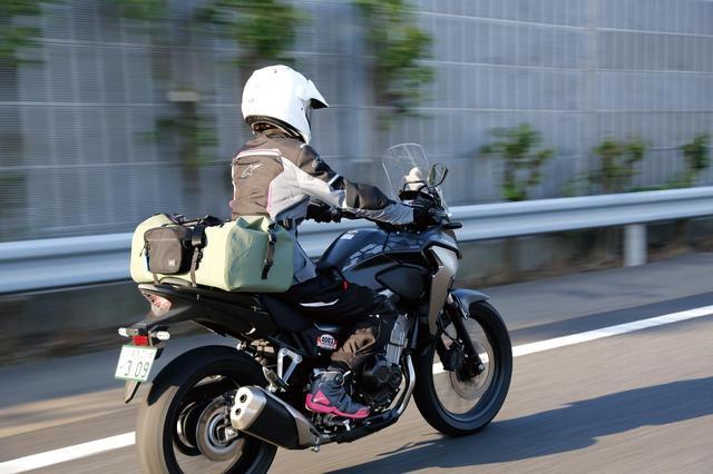 画像: 60リットルの大容量を積載してもバイクのハンドル幅から左右にはみ出さないデザインはさすが!