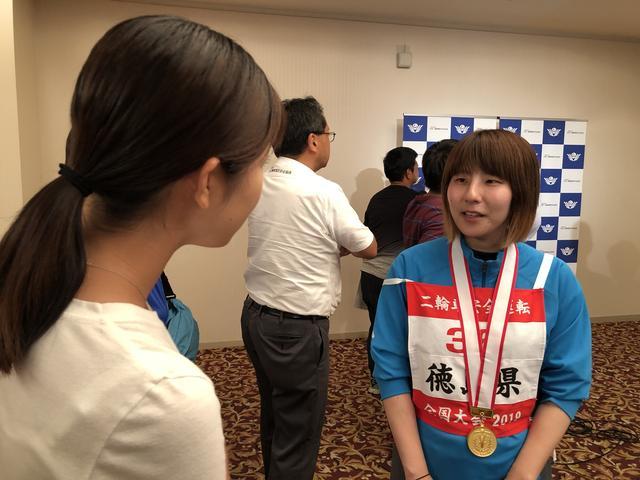 画像: 「女性クラス」を制した森河美法 選手(徳島県)。梅ちゃん目線で、上達のコツを伺っていたようです!