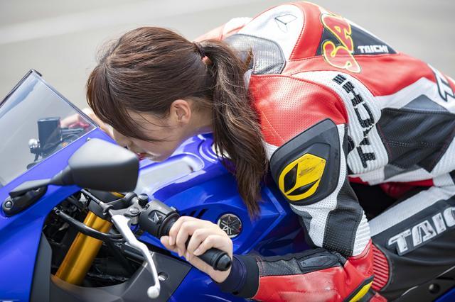 画像: フォームを改善しアタック。この最高速企画は、オートバイ女子部の成長物語という側面もあったりします。