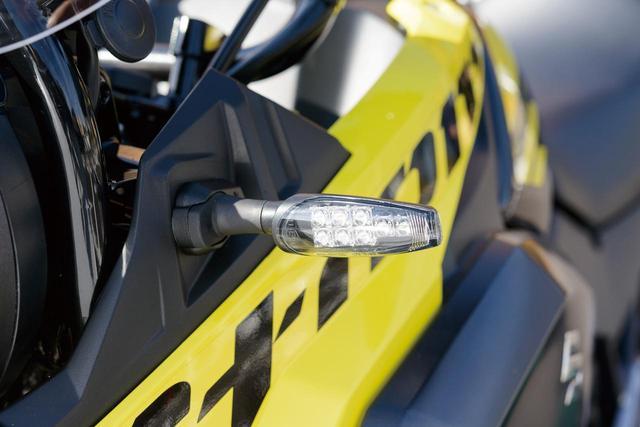 画像: 「LEDウインカーKIT/TL2」のサイズは、67×30×100㎜と小柄ながら、均衡のとれたレンズサイズで前後ウインカー、専用ステー、リレー配線のKIT。価格:1万6000円(税込)。