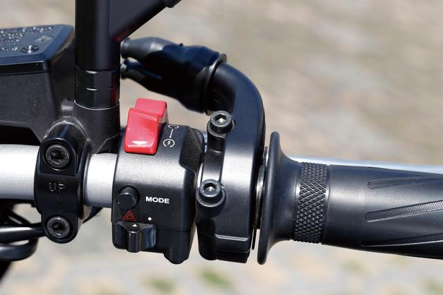 画像: ヤマハMT−09やトレーサーは、右スイッチボックスにある「MODE」ボタンでSTD、A、Bという3つのモードを切りかえる。