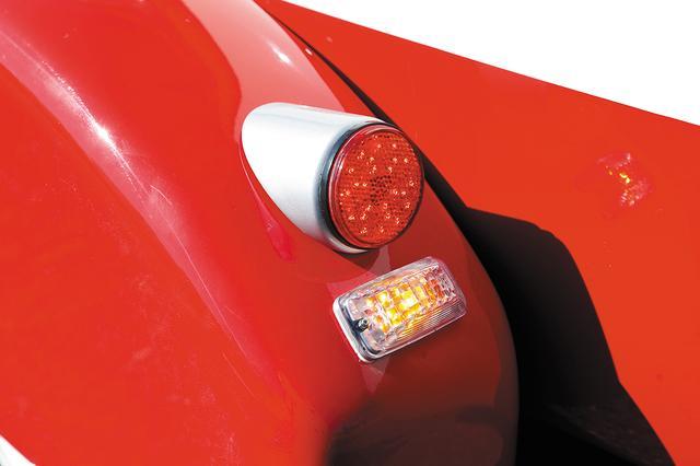 画像: 後方にはウインカーとテール/ブレーキ灯をセット。当然ながら安全基準を満たすが、サクマエンジニアリングなら法規面も抜かりない。