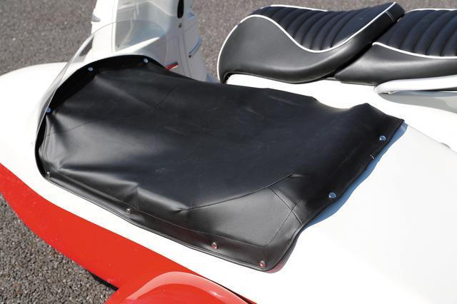 画像: トノカバーも用意され、雨天時には水の浸入もシャットアウト。ソロで乗車時には荷物が飛び出さないようトランクリッドの役割も。