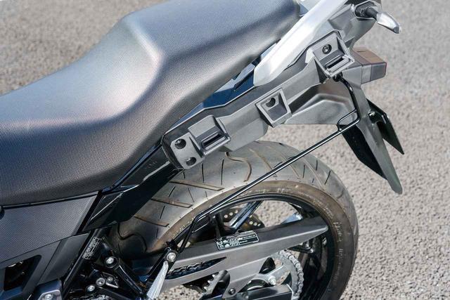画像: サイドバッグを装備した際に、装備安定性を高めるほか、フェンダー内側へのバッグの巻き込みやリアタイヤとの接触を防止する役目を果たす「バッグサポート」。専用設計でスチール製。価格:1万3500円(税別)
