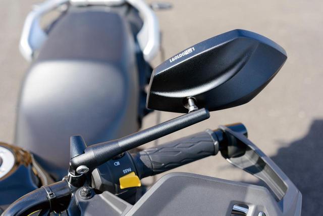 画像: スタイリッシュなアルミ製の「テック03ミラー」は、シャフト角度を0°から180°、11段階で15°間隔で調整可能にする。価格:左右各5700円(税別)