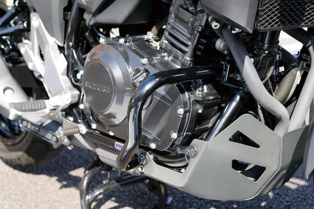 画像: ボディから余分な張り出しを抑えた「エンジンガード」は、スタイリッシュなパイプワークで違和感のないフィニッシュとなる。価格:1万4000円(税別)。