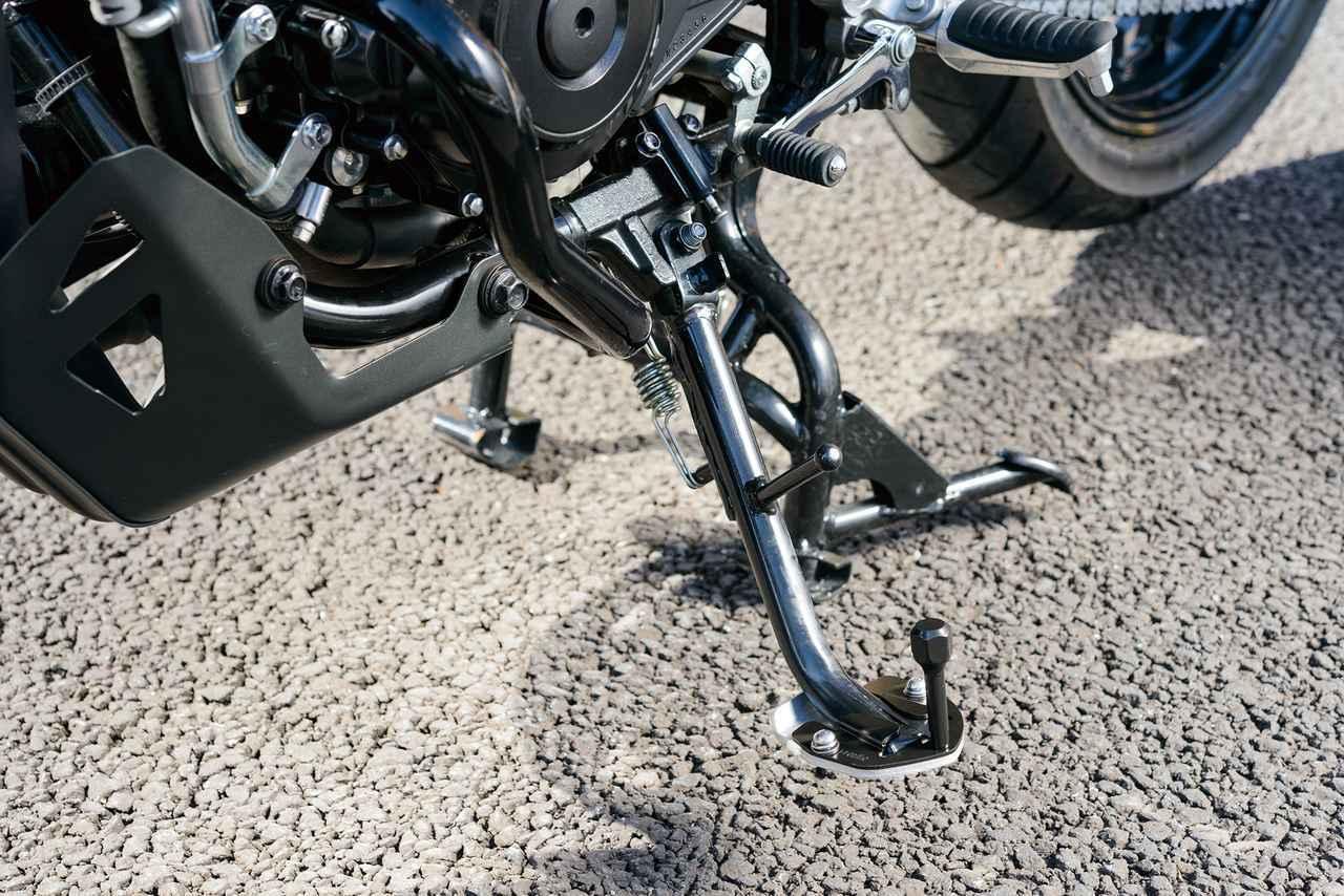 画像: STDステップに追加する形状の「サイドスタンドワイドプレート・エクステンション」は、路面のへのメリ込みを防ぐワイド設計となっている。価格:1万1000円(税別)
